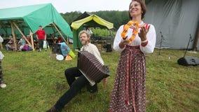 Deelnemers van het Festival van volkscultuur Russische Thee stock video