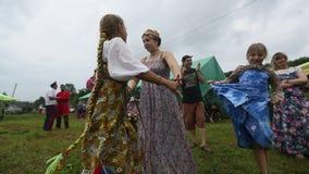 Deelnemers van het Festival van volkscultuur Russische Thee Festival in Grishino-ecovillage sinds 2012 jaarlijks wordt gehouden d stock footage