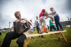 Deelnemers van het Festival van volkscultuur Russische Thee Festival in Grishino-ecovillage sinds 2012 jaarlijks wordt gehouden d Stock Fotografie