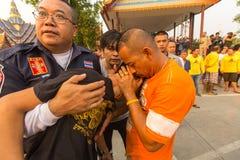 Deelnemers van Hoofddagceremonie in bekwame Khong Khuen - geestbezit tijdens het Wai Kroo-ritueel bij het klooster van Klappra Royalty-vrije Stock Afbeelding