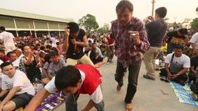 Deelnemers van Hoofddagceremonie in bekwame Khong Khuen tijdens het Wai Kroo-ritueel bij het klooster van Klappra stock videobeelden