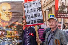Deelnemers van Onsterfelijk Regiment - internationale openbare actie royalty-vrije stock afbeeldingen
