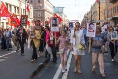 Deelnemers van Onsterfelijk Regiment - internationale openbare actie, die in Rusland en sommige landen van dichtbij plaatsvindt royalty-vrije stock foto's