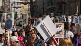 Deelnemers van Onsterfelijk Regiment - openbare actie, waarin de deelnemers banners droegen stock footage