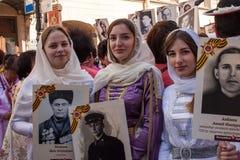 Deelnemers van Onsterfelijk Regiment - openbare actie, waarin de deelnemers banners droegen royalty-vrije stock afbeelding