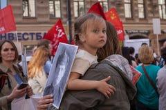 Deelnemers van Onsterfelijk Regiment - openbare actie, waarin de deelnemers banners droegen stock foto's