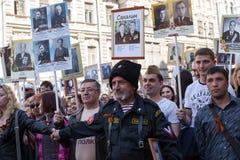 Deelnemers van Onsterfelijk Regiment - openbare actie, waarin de deelnemers banners droegen stock afbeeldingen