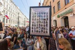 Deelnemers van Onsterfelijk Regiment - openbare actie, waarin de deelnemers banners/portretten droegen royalty-vrije stock fotografie