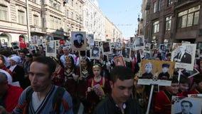 Deelnemers van Onsterfelijk Regiment - openbare actie, waarin de deelnemers banners/portretten droegen stock footage