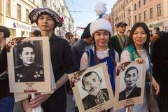 Deelnemers van Onsterfelijk Regiment - openbare actie, waarin de deelnemers banners/portretten droegen stock foto's