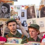 Deelnemers van Onsterfelijk Regiment - openbare actie, waarin de deelnemers banners/portretten droegen stock afbeelding