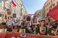 Deelnemers van Onsterfelijk Regiment - openbare actie, waarin de deelnemers banners/portretten droegen royalty-vrije stock foto's