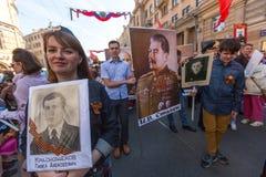Deelnemers van Onsterfelijk Regiment - openbare actie, waarin de deelnemers banners/portretten droegen royalty-vrije stock afbeelding