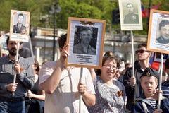 Deelnemers van Onsterfelijk Regiment - openbare actie, waarin de deelnemers portret droegen royalty-vrije stock afbeelding
