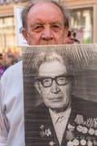 Deelnemers van Onsterfelijk Regiment - openbare actie, waarin de deelnemers portretten van hun verwanten droegen royalty-vrije stock fotografie