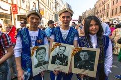 Deelnemers van Onsterfelijk Regiment - openbare actie, waarin de deelnemers portretten van hun verwanten droegen die deelnamen Royalty-vrije Stock Foto