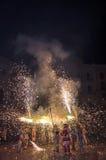 Deelnemers van traditioneel schouwspel Correfocs (brandlooppas) met verlichtingsvuurwerk Royalty-vrije Stock Foto
