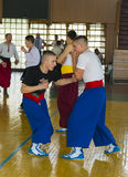 Deelnemerssporten en dansgroep die voor performanc voorbereidingen treffen stock fotografie