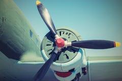 Deelvliegtuig met de propeller in retro tonen stock afbeelding