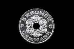 Deens 5 die kronenmuntstuk op een zwarte achtergrond wordt geïsoleerd Stock Foto