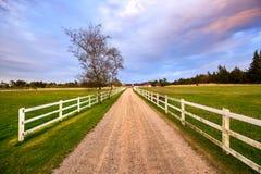 Deens landbouwbedrijfhuis met omheining royalty-vrije stock afbeeldingen