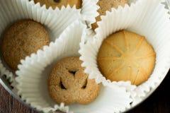 Deense Boterkoekjes in doos Stock Foto's