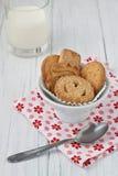 Deense boterkoekjes met melk Stock Foto's