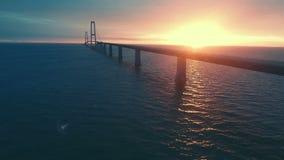 Deense grote riembrug bij zonsondergang stock video