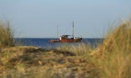 Deense vissersboot op kustgebied royalty-vrije stock fotografie