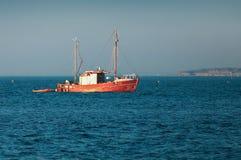 Deense vissersboot op kustgebied royalty-vrije stock afbeelding