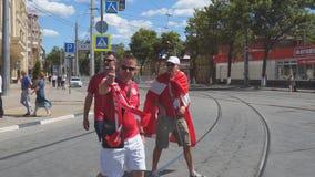 Deense voetbalventilators op de straten van Samara stock footage