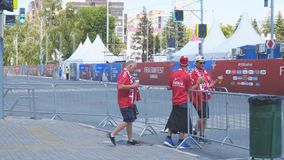 Deense voetbalventilators op de straten van Samara stock videobeelden
