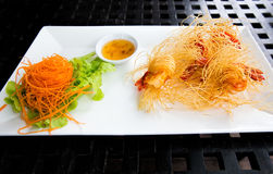 Deep fried包裹了虾用面条 库存照片