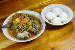 Deep fried镶边了在混杂热的snakehead鱼,并且酸汤吃用煮沸的鸡蛋 图库摄影