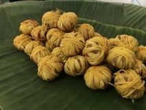 Deep fried envolvió el cerdo con los tallarines Mhoo Sarung, cocinas reales tailandesas fotografía de archivo libre de regalías