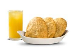 Deep fried ha farcito la pasticceria Pasteis brasiliani dell'alimento sul backgro fotografie stock libere da diritti