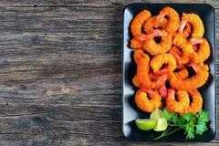Deep fried panierte Garnelen auf Schwarzblech Stockbilder
