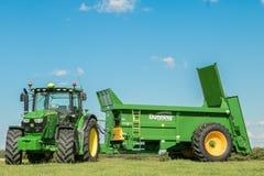 Deere John zieleni ciągniki ciągnie bunning lichot powlekaczki zdjęcie stock