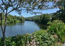 Deerfield rzeka biega pod kwiatu mostem w Selburne, MA fotografia royalty free
