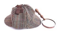 Deerstalker- eller Sherlock Holmes lock och tappningförstoringsglas Royaltyfri Foto