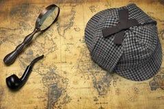 Deerstalker Sherlock Holmes Hat, Vergrößerungsglas und Pfeife auf M Stockbilder