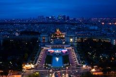 defance埃菲尔la晚上耸立的巴黎视图 免版税图库摄影