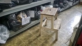 Defechi in un magazzino con gli scaffali sugli scaffali Fotografia Stock Libera da Diritti