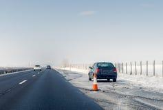 Defekt bil- och trafikkotte på nöd- stoppande gränd på vägrenen Problem med medlet på vinterhuvudvägen arkivfoton