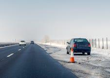 Defekt bil- och trafikkotte på nöd- stoppande gränd på vägrenen Problem med medlet på vinterhuvudvägen royaltyfria foton