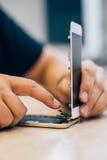 Defekt mobiltelefon för teknikerreparation i elektronisk smartphone t Arkivfoton