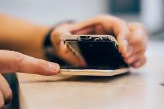 Defekt mobiltelefon för teknikerreparation i elektronisk smartphone t Arkivbilder