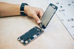 Defekt mobiltelefon för teknikerreparation i elektronisk smartphone t Royaltyfria Bilder