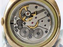 Defekt smutsa ner kugghjulet och kugghjul från gamla mekaniska armbandsur Arkivfoto