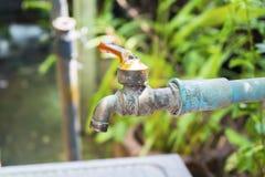 Defekt vattenkran, orsakssvinn av vatten Royaltyfria Bilder